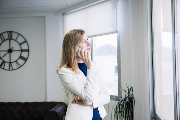 Executiva telefonando no escritório