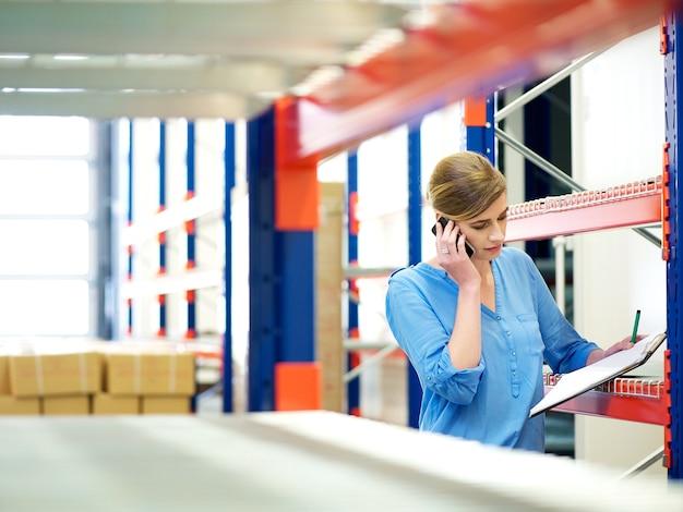Executiva, telefone, e, verificar, inventário, em, armazém