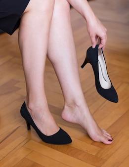 Executiva, tirando, sapatos