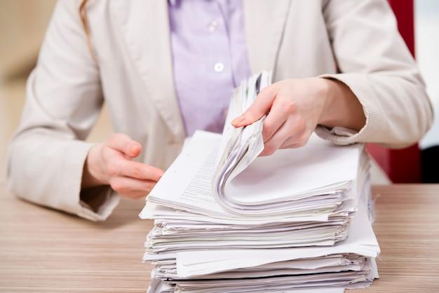Executiva, trabalhando, com, pilha papel