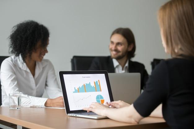 Executiva, trabalhando, com, projete estatísticas, preparar, relatório, em, equipe, reunião