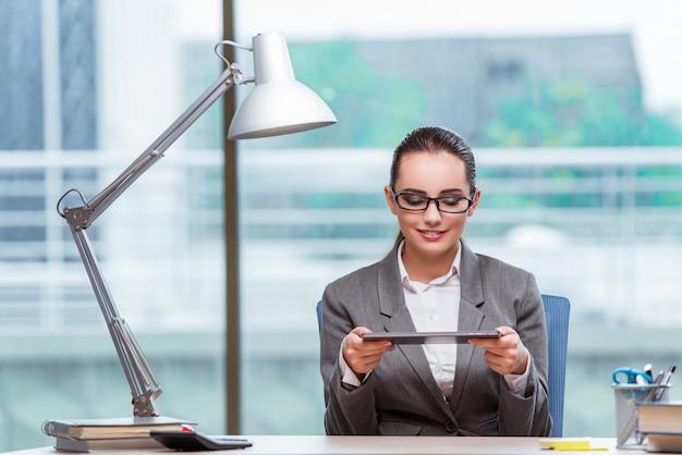 Executiva, trabalhando, com, tabuleta, computador, em, conceito negócio
