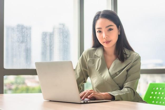 Executiva, trabalhando, computador, notebook, tecnologia, sentada, escritório