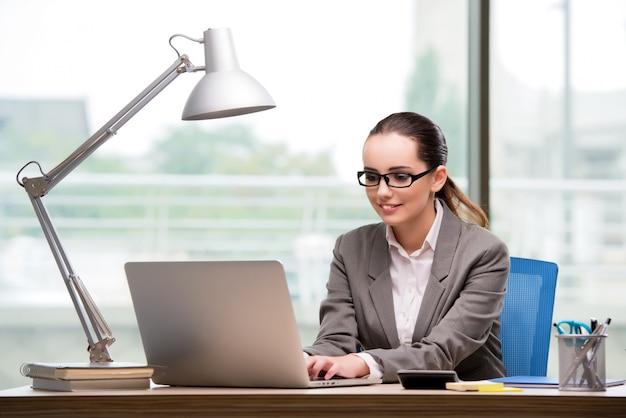 Executiva, trabalhando, em, dela, escrivaninha