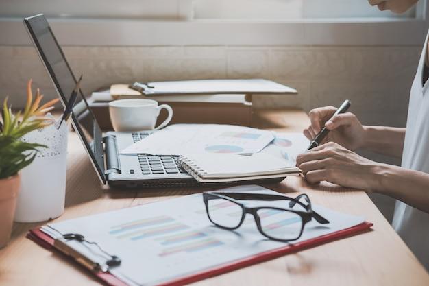 Executiva, trabalhando, escrivaninha, escritório, com, marketing, gráfico, estatísticas, análise