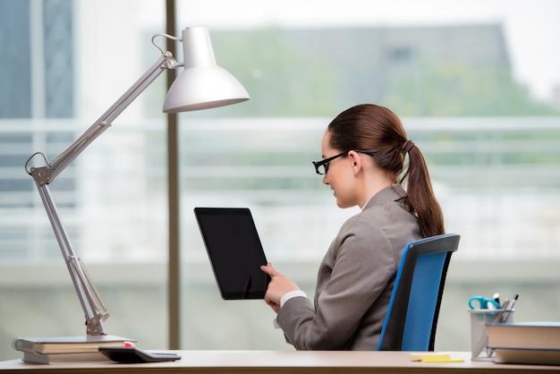 Executiva, trabalhando, ligado, tabuleta, computador