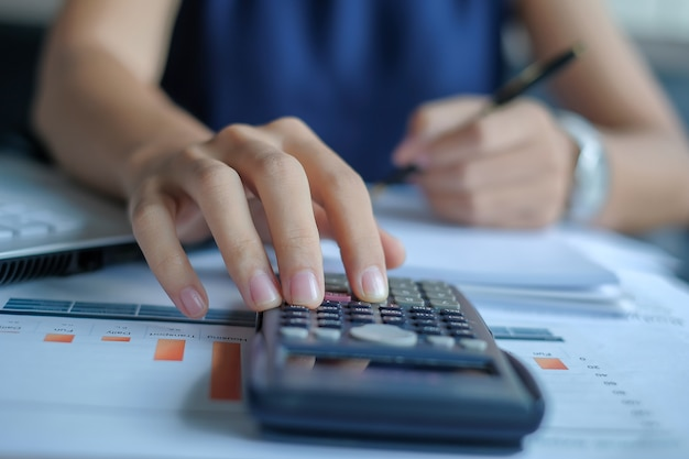 Executiva, usando, calculadora, para, análise, maketing, plano