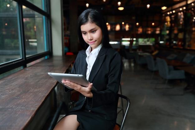 Executiva, usando computador laptop, ligado, tabela, em, café