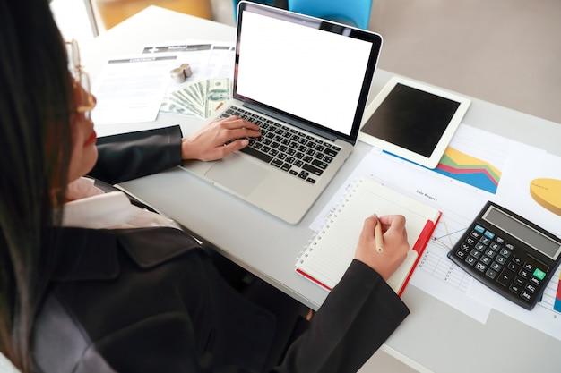 Executiva, usando computador, tabuleta, e, trabalhando, com, gráfico, sumário empresa, relatório