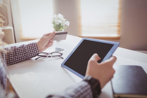Executiva, usando, dela, cartão crédito, para, comprar, online, em, dela, escrivaninha, em, escritório