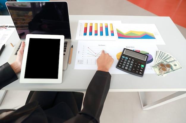 Executiva, usando, tabuleta, e, computador, enquanto, trabalhando, ligado, sumário empresa, relatório, com, gráfico