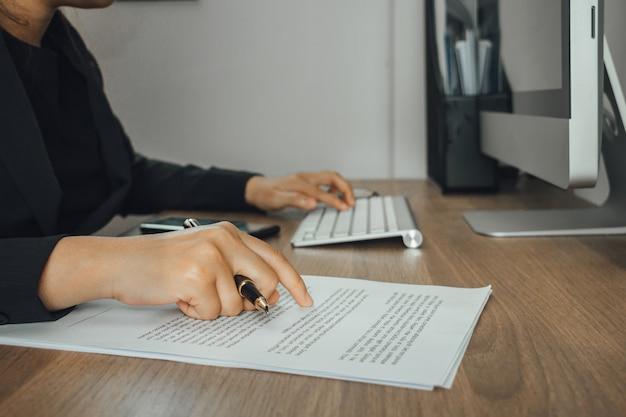 Executiva, verificar, texto, e, digitando, com, modernos, computador, ligado, dela, trabalhando, espaço