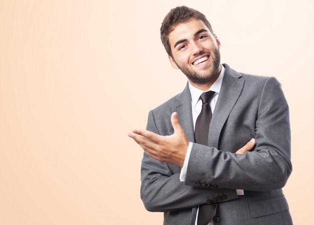 Executivo alegre sobre o fundo rosa