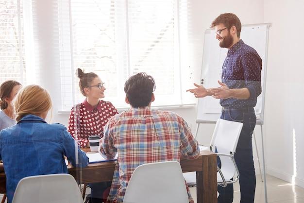 Executivo apresentando estratégia de trabalho