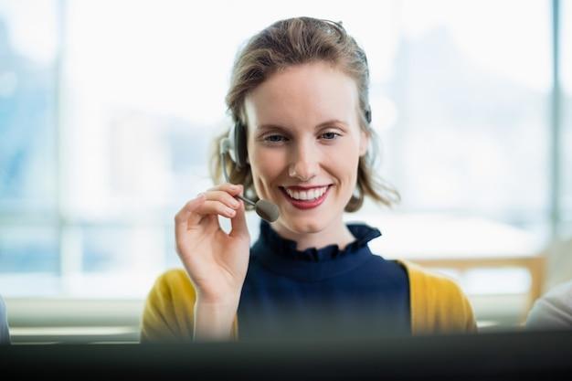Executivo de atendimento ao cliente trabalhando em call center