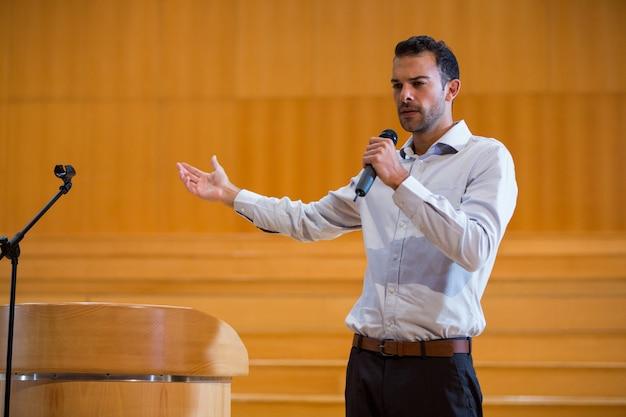 Executivo de negócios fazendo um discurso no centro de conferências