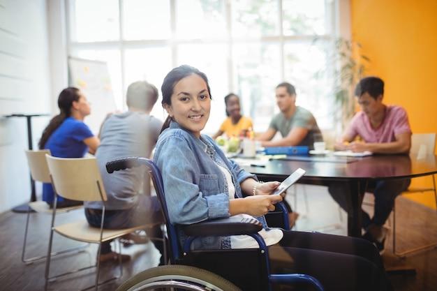 Executivo de negócios para deficientes usa a tabuleta digital