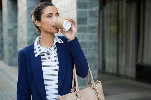 Executivo de negócios tomando café