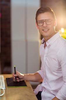 Executivo de negócios usando tablet gráfico