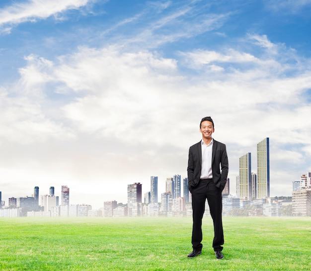 Executivo de sorriso com a cidade na distância