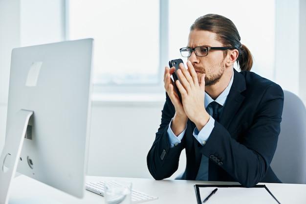 Executivo de trabalho empresário com óculos de autoconfiança