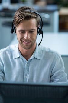 Executivo empresarial com fones de ouvido no escritório