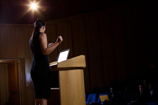 Executivo empresarial feminino, dando um discurso