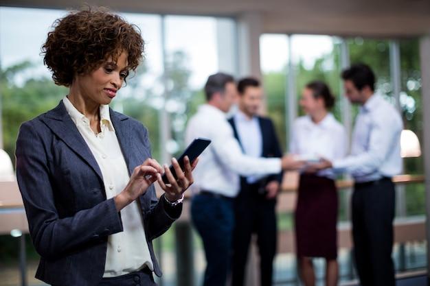 Executivo empresarial feminino usando telefone celular