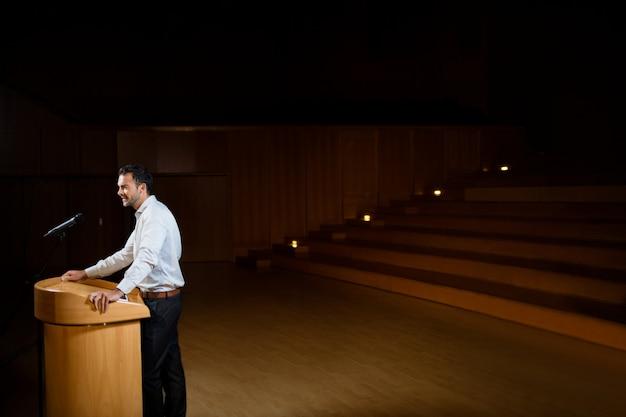 Executivo empresarial masculino, dando um discurso