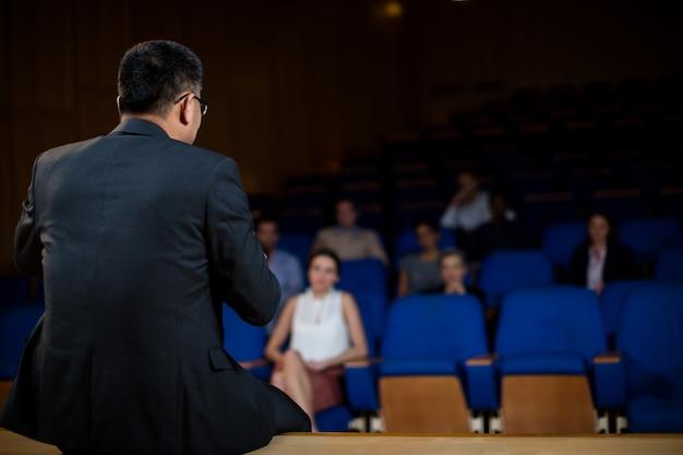 Executivo empresarial masculino que fala aos colegas