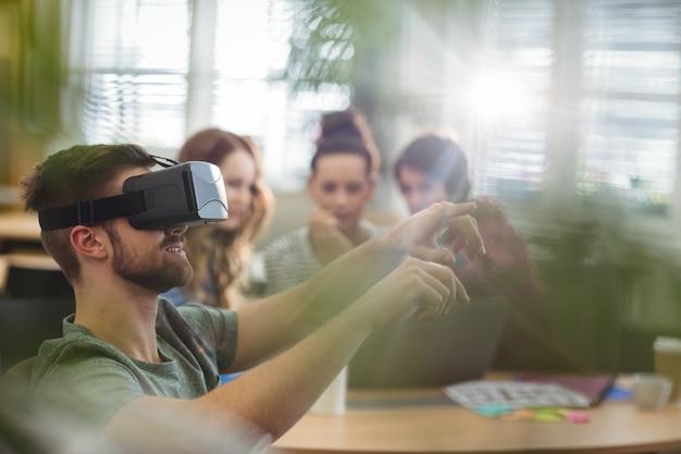 Executivo empresarial masculino usando fone de ouvido da realidade virtual