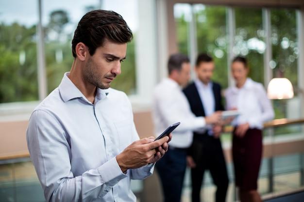 Executivo empresarial masculino usando telefone celular