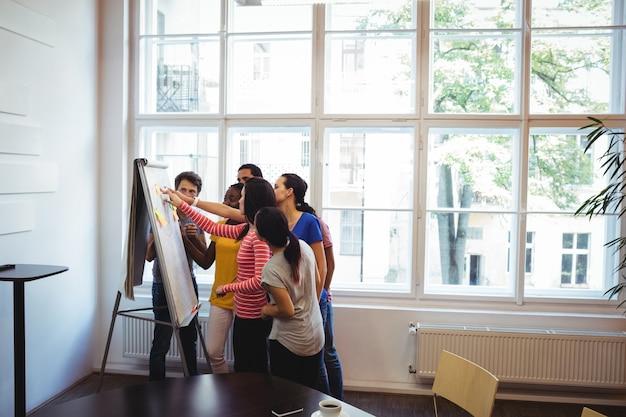 Executivo empresarial que discute no whiteboard
