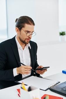 Executivo empresário telefone laptop trabalho emoções