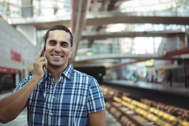Executivo falando no celular na plataforma
