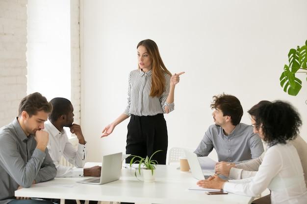 Executivo feminino despedindo empregado africano por mau trabalho ou má conduta