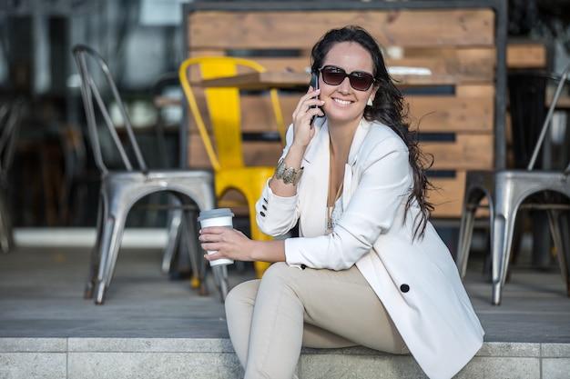 Executivo feminino falando ao telefone
