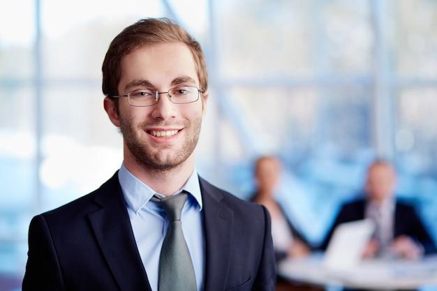 Executivo masculino com óculos