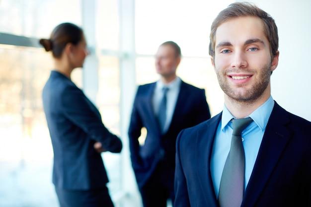 Executivo masculino com um grande sorriso