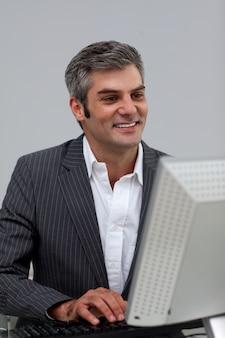 Executivo masculino maduro, trabalhando em um computador