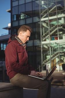 Executivo masculino usando laptop