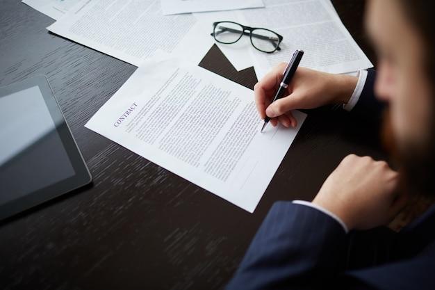 Executivo preparado para assinar o contrato