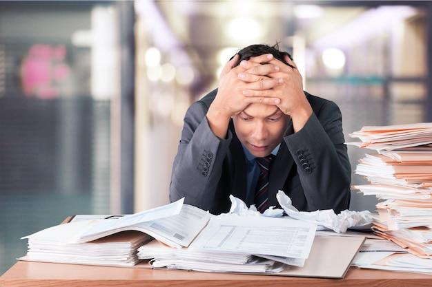 Executivo sobrecarregado de trabalhador trabalhando no escritório