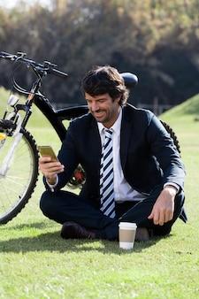 Executivo verificar o seu sorriso do telefone móvel