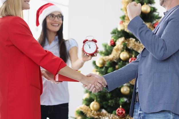 Executivos apertam as mãos sobre o tempo e os contratos de assinatura de árvore de ano novo