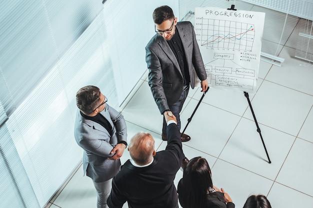 Executivos, apertando as mãos em uma reunião de escritório. dias de trabalho de escritório