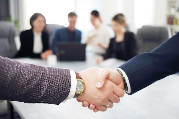 Executivos apertando as mãos para encerrar uma reunião