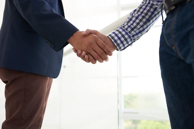 Executivos apertando as mãos