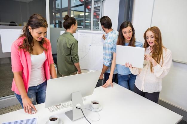 Executivos atentos que trabalham na sala de conferências