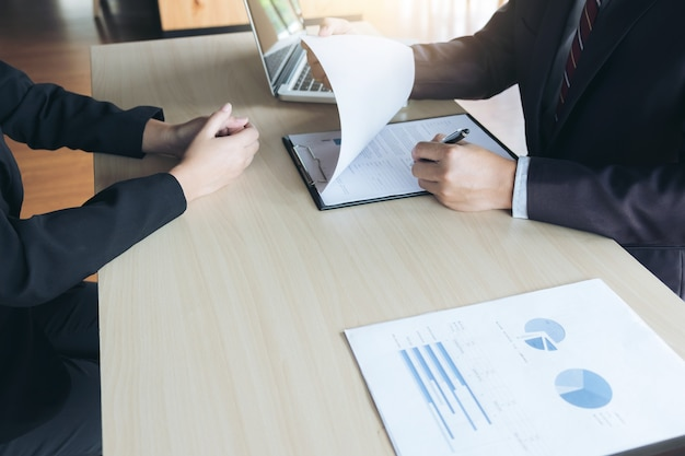 Executivos atraentes jovens homem lendo seu currículo